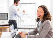 Geschäftsmann und Frau, welche die Statistik beim Handeln von Video-confere analysieren Lizenzfreies Stockfoto
