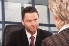 Geschäftsmann- und Frauengespräch Stockbild