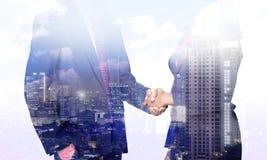 Geschäftsmann- und Frauenhanderschütterung Stockbild