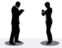 Geschäftsmann- und Frauenschattenbild am Telefon Lizenzfreie Stockfotografie