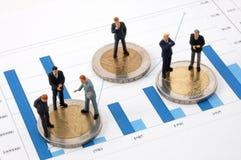 Geschäftsmann und Geld über einem Diagramm Stockbild