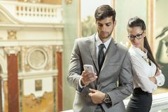Geschäftsmann und Geschäft, die eine Textnachricht lesen Stockfotografie