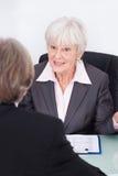 Geschäftsmann und Geschäftsfrau in der Sitzung Stockfotos