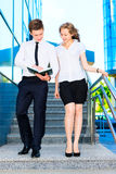 Geschäftsmann und Geschäftsfrau, die Dokument behandeln Stockfoto