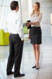Geschäftsmann und Geschäftsfrau, die Hände im Büro rütteln Stockbilder