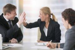 Geschäftsmann und Geschäftsfrau, die hohen fünf geben Lizenzfreies Stockfoto
