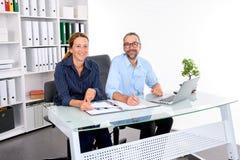 Geschäftsmann und Geschäftsfrau, die im Büro zusammenarbeiten Stockfotos
