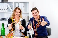 Geschäftsmann und Geschäftsfrau, die zusammen im offic feiern Lizenzfreie Stockbilder