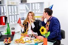 Geschäftsmann und Geschäftsfrau, die zusammen im offic feiern Lizenzfreie Stockfotografie