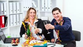 Geschäftsmann und Geschäftsfrau, die zusammen im offic feiern Stockbild