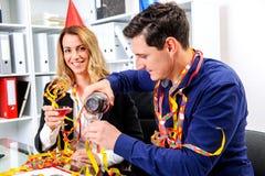 Geschäftsmann und Geschäftsfrau, die zusammen im offic feiern Lizenzfreies Stockbild