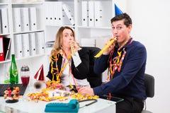 Geschäftsmann und Geschäftsfrau, die zusammen im offic feiern Stockfotografie