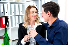 Geschäftsmann und Geschäftsfrau, die zusammen im offic feiern Stockfoto