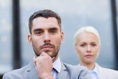 Geschäftsmann und Geschäftsfrau draußen Stockbilder