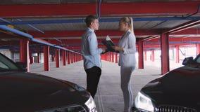 Geschäftsmann und Geschäftsfrau Greet Each Other stock footage