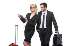 Geschäftsmann und Geschäftsfrau mit Reisefällen Lizenzfreies Stockfoto