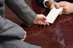 Geschäftsmann und Geschäftsfrau mit Scheckformular Stockfoto