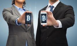 Geschäftsmann und Geschäftsfrau mit Smartphones lizenzfreie stockfotografie