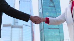 Geschäftsmann und Geschäftsfrau, welche die Hände, eine Sitzung oben beendend rüttelt stock video