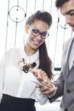 Geschäftsmann und Geschäftsfraulesetextnachricht Lizenzfreie Stockfotos