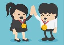 Geschäftsmann- und Geschäftsfrausieger mit Preis verfechten Gold ich Stockbilder