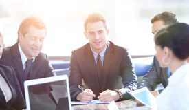 Geschäftsmann und Geschäftsteam, das mit Dokumenten arbeitet Stockfotos
