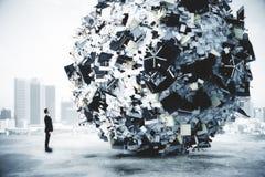 Geschäftsmann und großer Haufen des Büromaterials am Stadthintergrund Lizenzfreies Stockbild