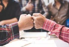 Geschäftsmann- und Ingenieurarbeitshände von Geschäftsleuten schließen sich Hand zusammen an stockfotografie