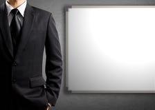 Geschäftsmann und leeres weißes Brett stockfoto