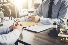 Geschäftsmann und Mannesrechtsanwalt oder -richter konsultieren haben der Teambesprechung lizenzfreie stockfotos