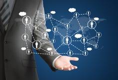 Geschäftsmann und Netz von Kontakten an Hand lizenzfreie abbildung