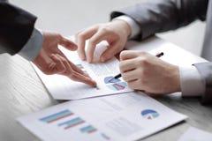 Geschäftsmann und Partner schlagen Unternehmenspläne zu jungem e vor stockfoto