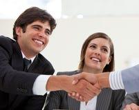 Geschäftsmann und sein Kollege, die ein Abkommen schließen Lizenzfreie Stockfotos