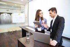 Geschäftsmann und seine Sekretärplanung arbeiten im Büro lizenzfreie stockbilder