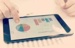 Geschäftsmann und Statistiken stockfoto