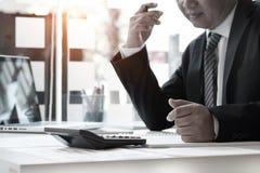 Geschäftsmann und Taschenrechner, Bilanzauffassung Lizenzfreies Stockfoto
