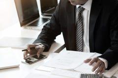 Geschäftsmann und Taschenrechner, Bilanzauffassung lizenzfreie stockfotografie