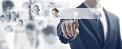 Geschäftsmann und Touch Screen Schnittstelle lizenzfreies stockfoto