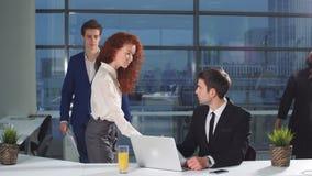 Geschäftsmann-Under Stress At-Arbeit Kollegen holen viele Dokumente für Überprüfung stock video