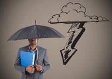 Geschäftsmann unter Regenschirm gegen Sturmgraphik und braunen Hintergrund Lizenzfreie Stockfotos
