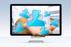 Geschäftsmann unter Verwendung der digitalen Schnittstelle des Sozialen Netzes Lizenzfreies Stockfoto