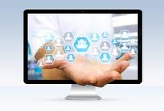 Geschäftsmann unter Verwendung der digitalen Schnittstelle des Sozialen Netzes Lizenzfreie Stockfotos