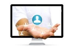 Geschäftsmann unter Verwendung der digitalen Schnittstelle des Sozialen Netzes Lizenzfreies Stockbild