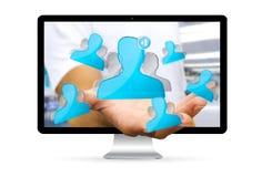 Geschäftsmann unter Verwendung der digitalen Schnittstelle des Sozialen Netzes Stockfotos