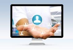 Geschäftsmann unter Verwendung der digitalen Schnittstelle des Sozialen Netzes Stockfotografie