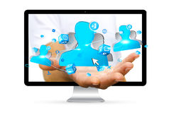 Geschäftsmann unter Verwendung der digitalen Schnittstelle des Sozialen Netzes Stockbild