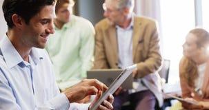 Geschäftsmann unter Verwendung der digitalen Tablette stock footage