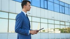 Geschäftsmann unter Verwendung der digitalen Tablette stock video