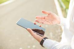 Geschäftsmann unter Verwendung der digitalen Tablette - nahes hohes Lizenzfreie Stockfotos
