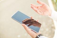 Geschäftsmann unter Verwendung der digitalen Tablette - nahes hohes Lizenzfreies Stockfoto